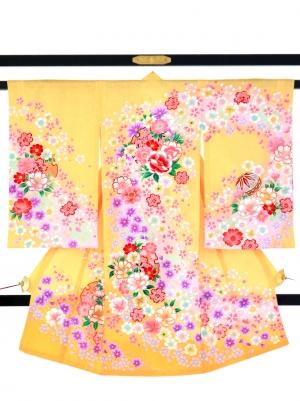 濃い黄色地に四季花と鞠、雪輪の祝い着