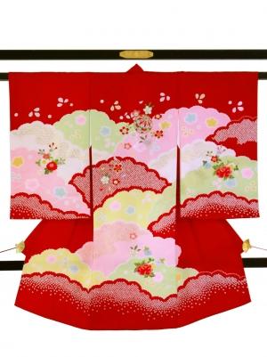 赤地に雲取りの祝い着