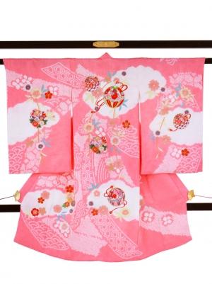 ピンク地に鞠と熨斗、絞り染めの祝い着