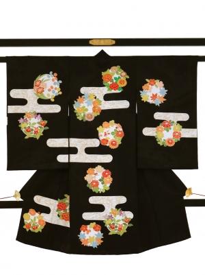 黒地に花の丸文とヱ霞の祝い着