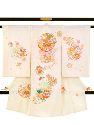 鳥の子色に桜と雪輪文の祝い着